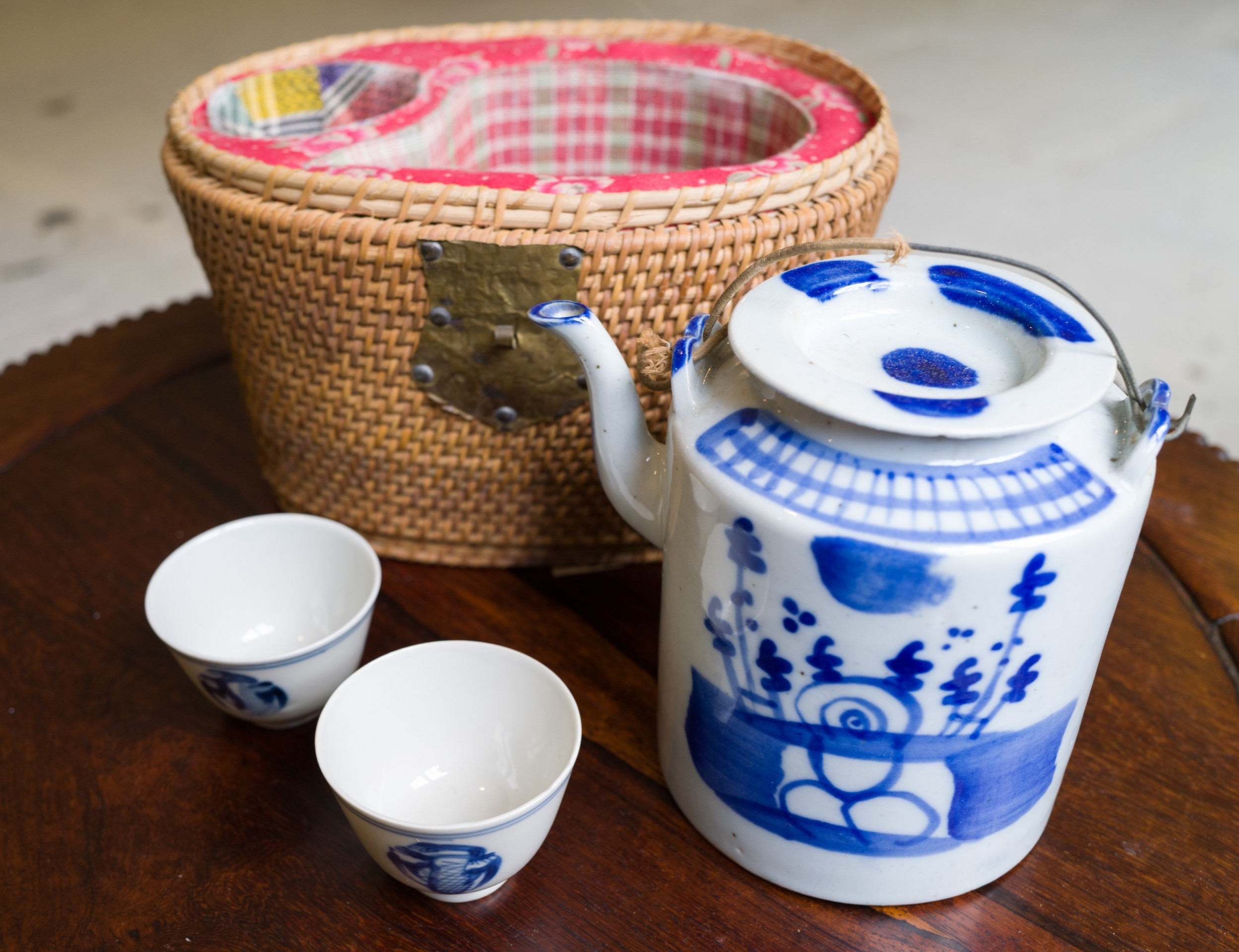 chinese blue white tea pot and cups