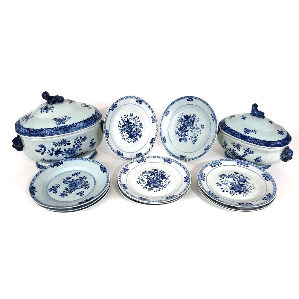 two chinese tureens and a set of 12 plates