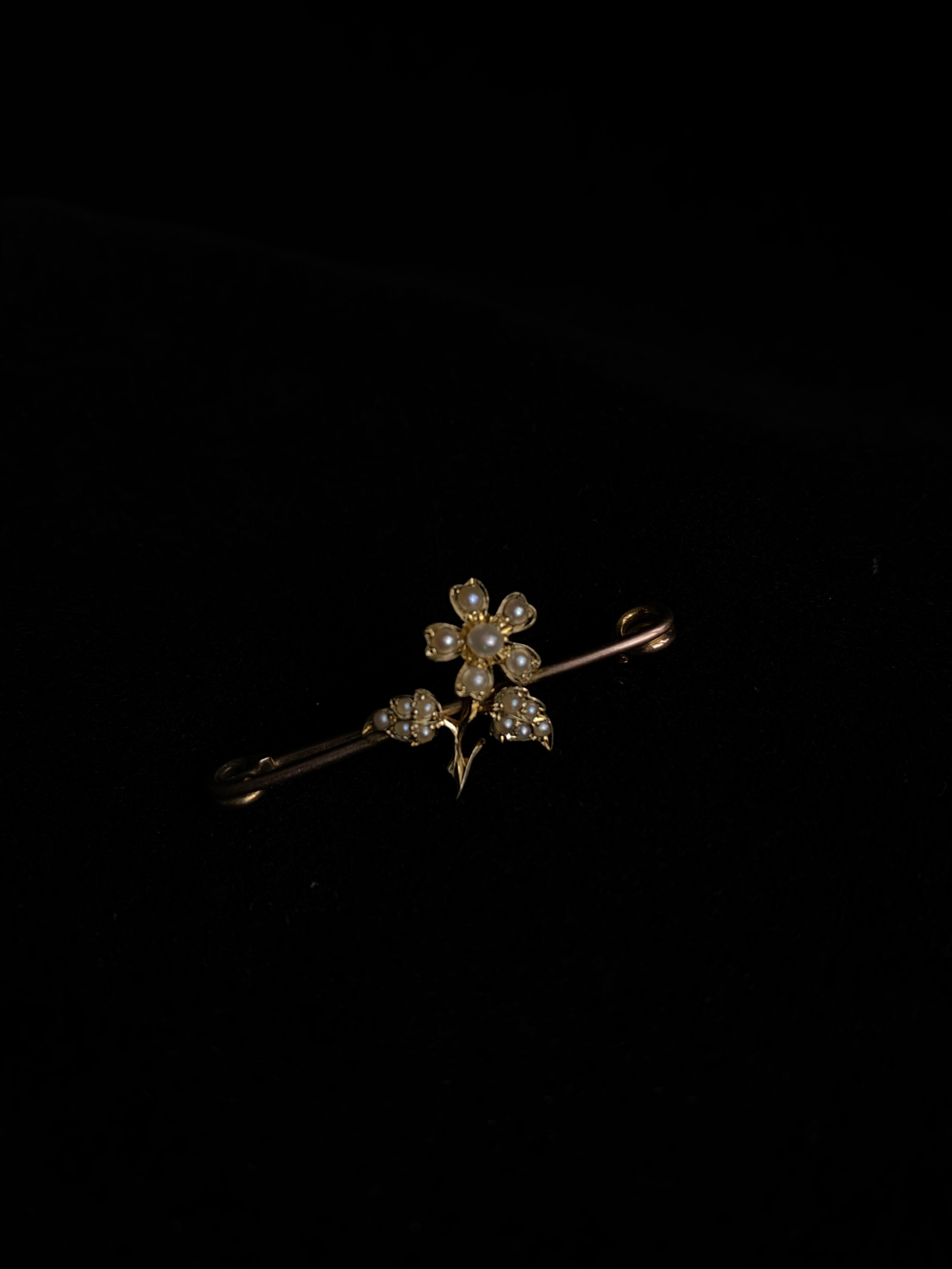 pearl flower on a 9ct stock pin