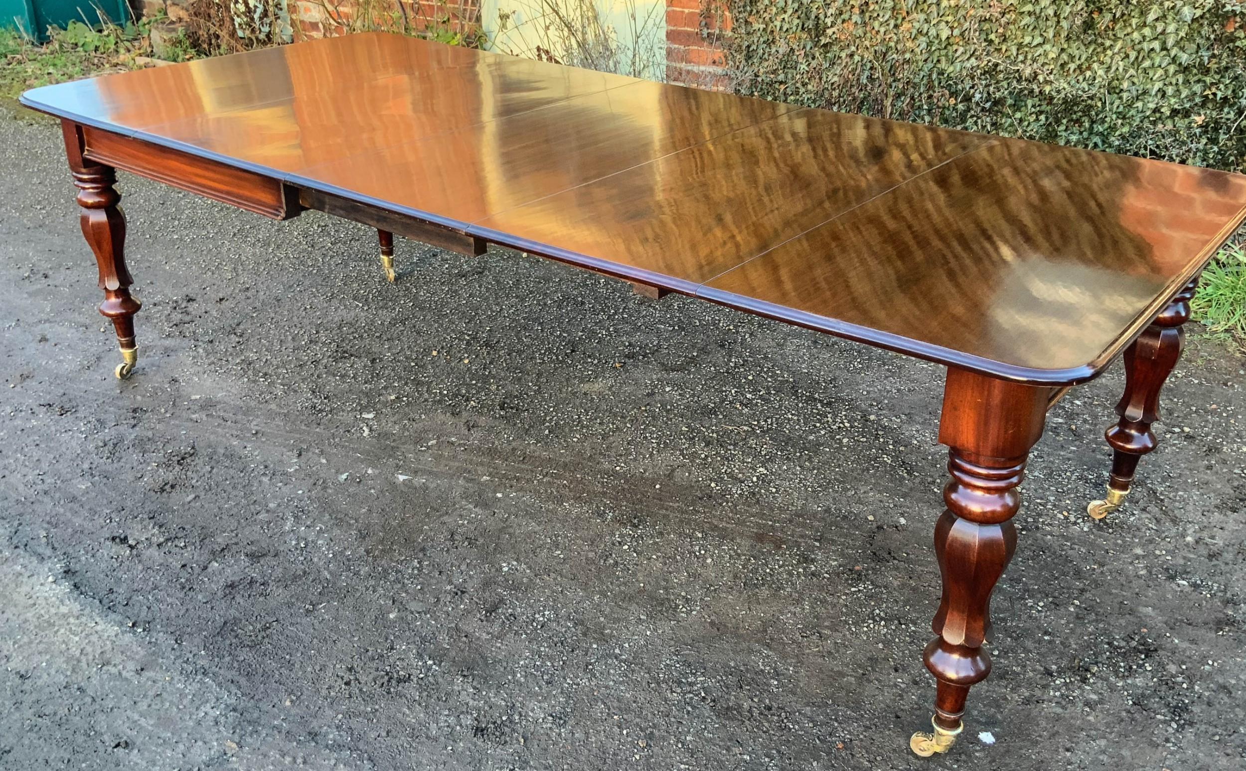 a victorian mahogany 3 leaf extending dining table