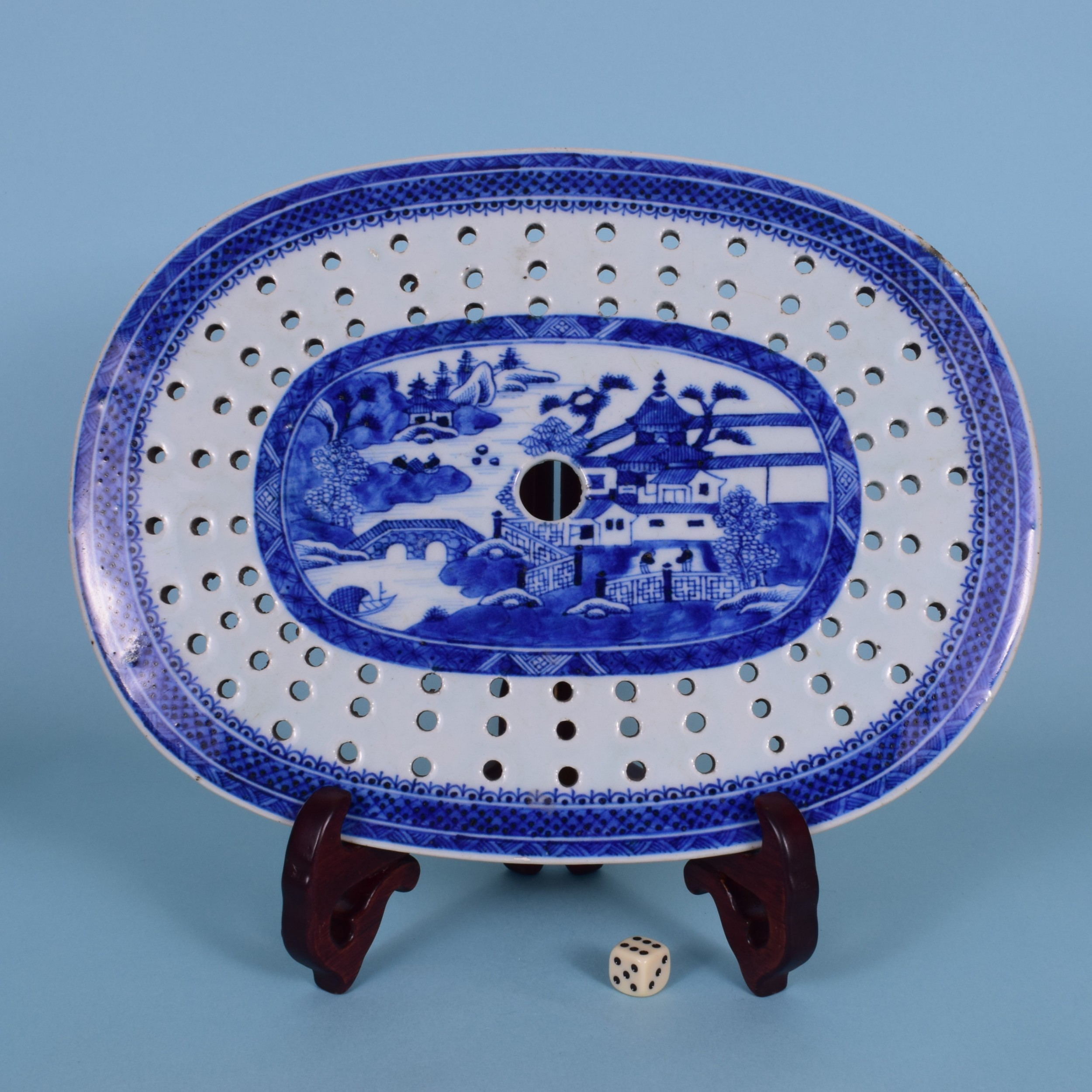 late 18th century chinese export porcelain 'nanking' oval drainer