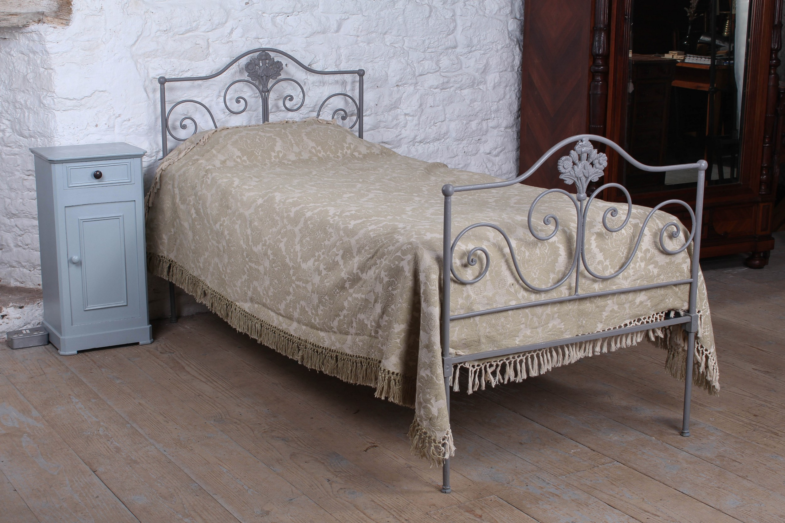 pretty forged iron single bed