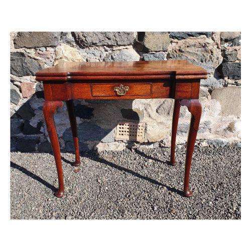 fine 18th cent walnut cabriole leg tea table