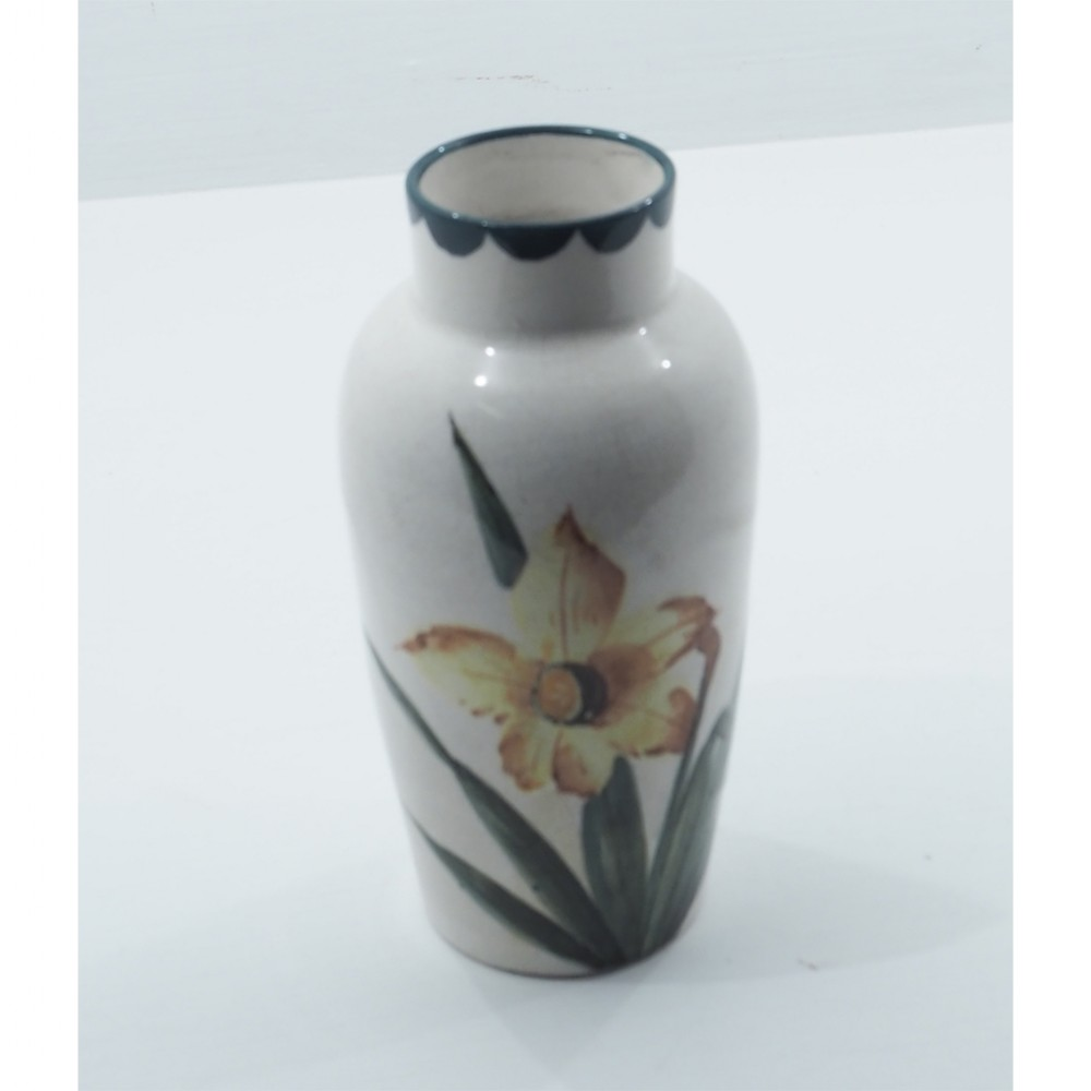 early wemyss japan vase in daffodils