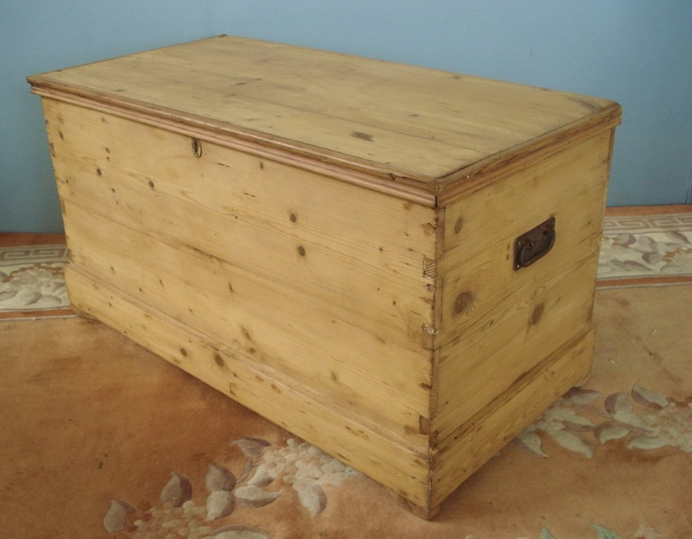 bold dovetails to this c19th pine blanket chest