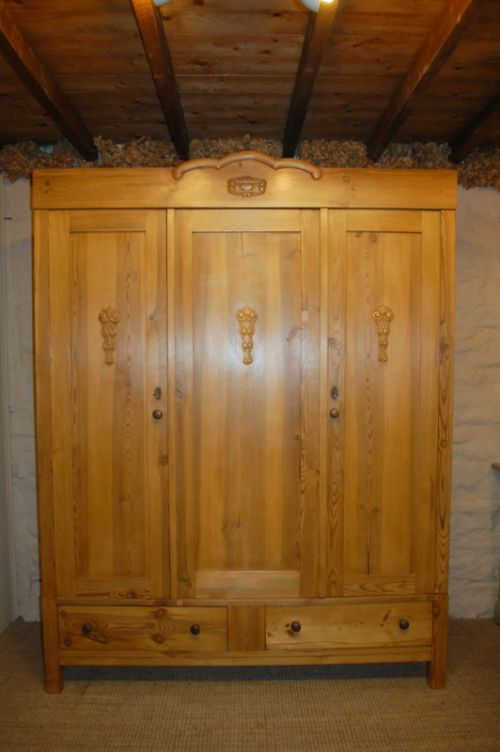 Exceptionnel Antique Pine Triple Door Wardrobe Armoire 1900