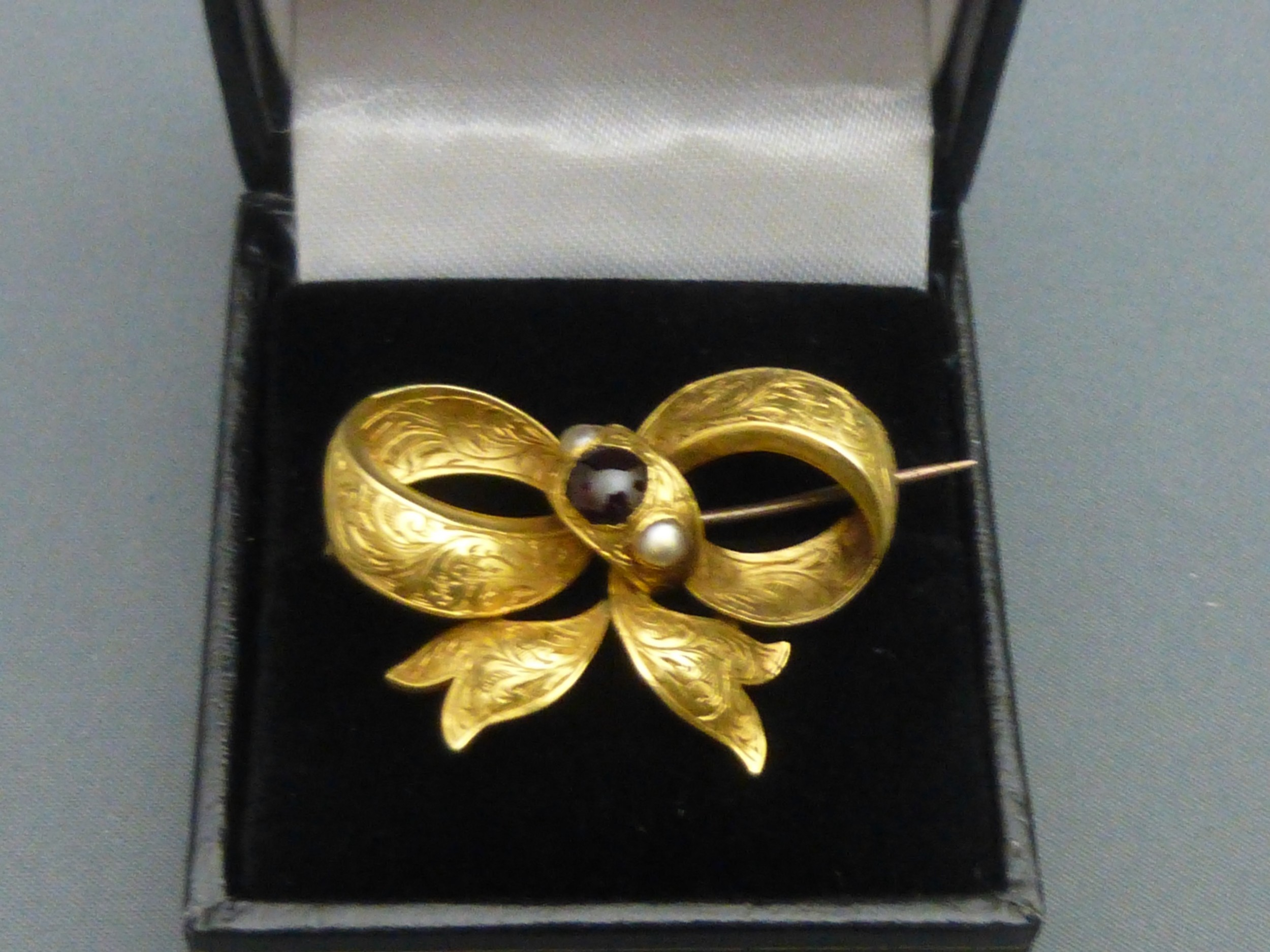 victorian 18ct goldgarnet and pearl bow brooch