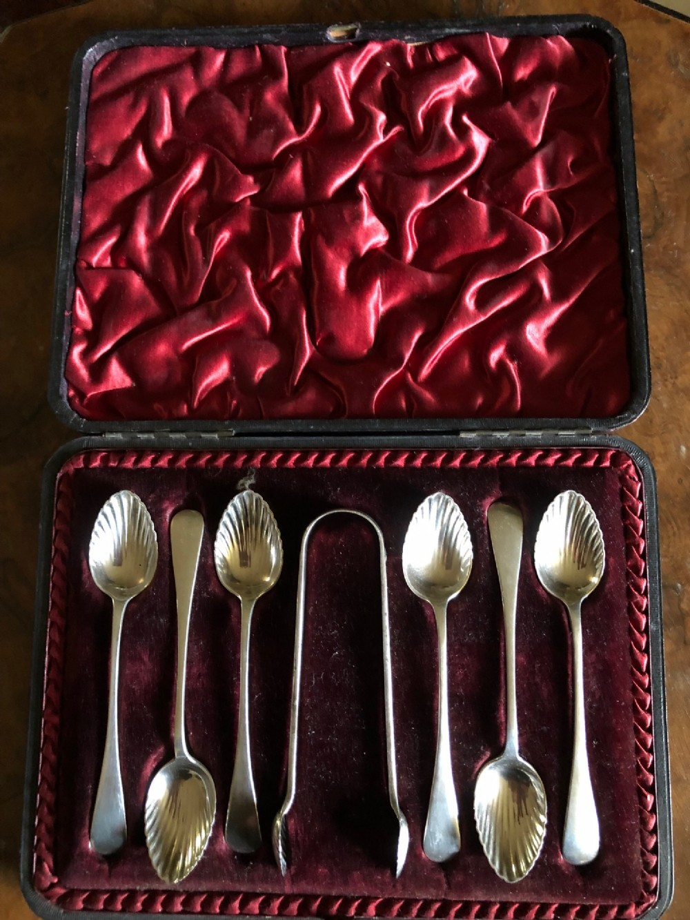 cased set of 6 victorian silver teaspoons and sugar tongs by robert pringle sons london 1894