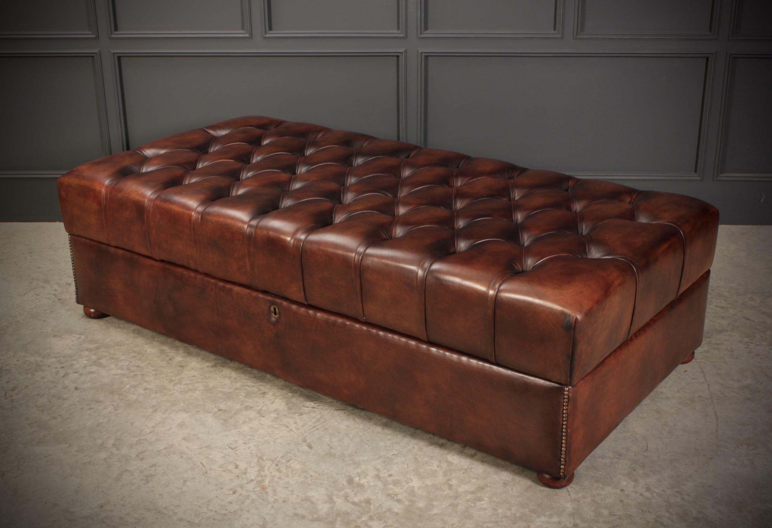 Very Large 18th Century Buttoned Leather Ottoman 717944 Sellingantiques Co Uk