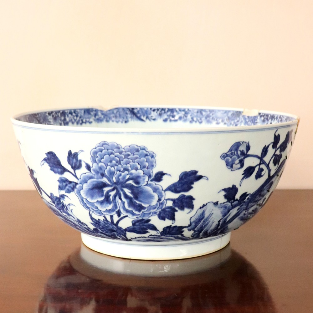 large 18th century chinese blue and white bowl