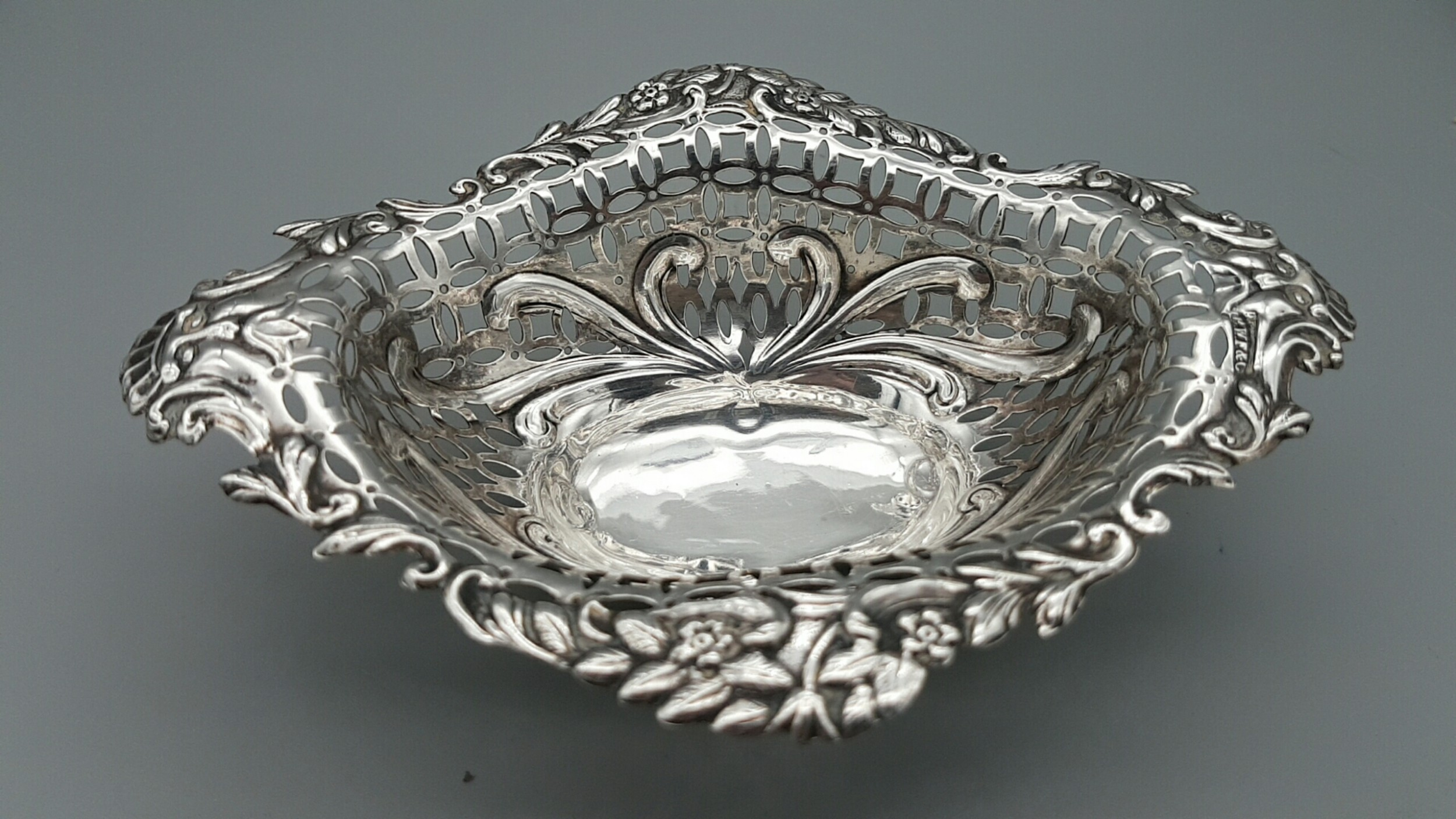 lovely victorian sterling pierced silver basket with ball feet birmingham 1896 43g