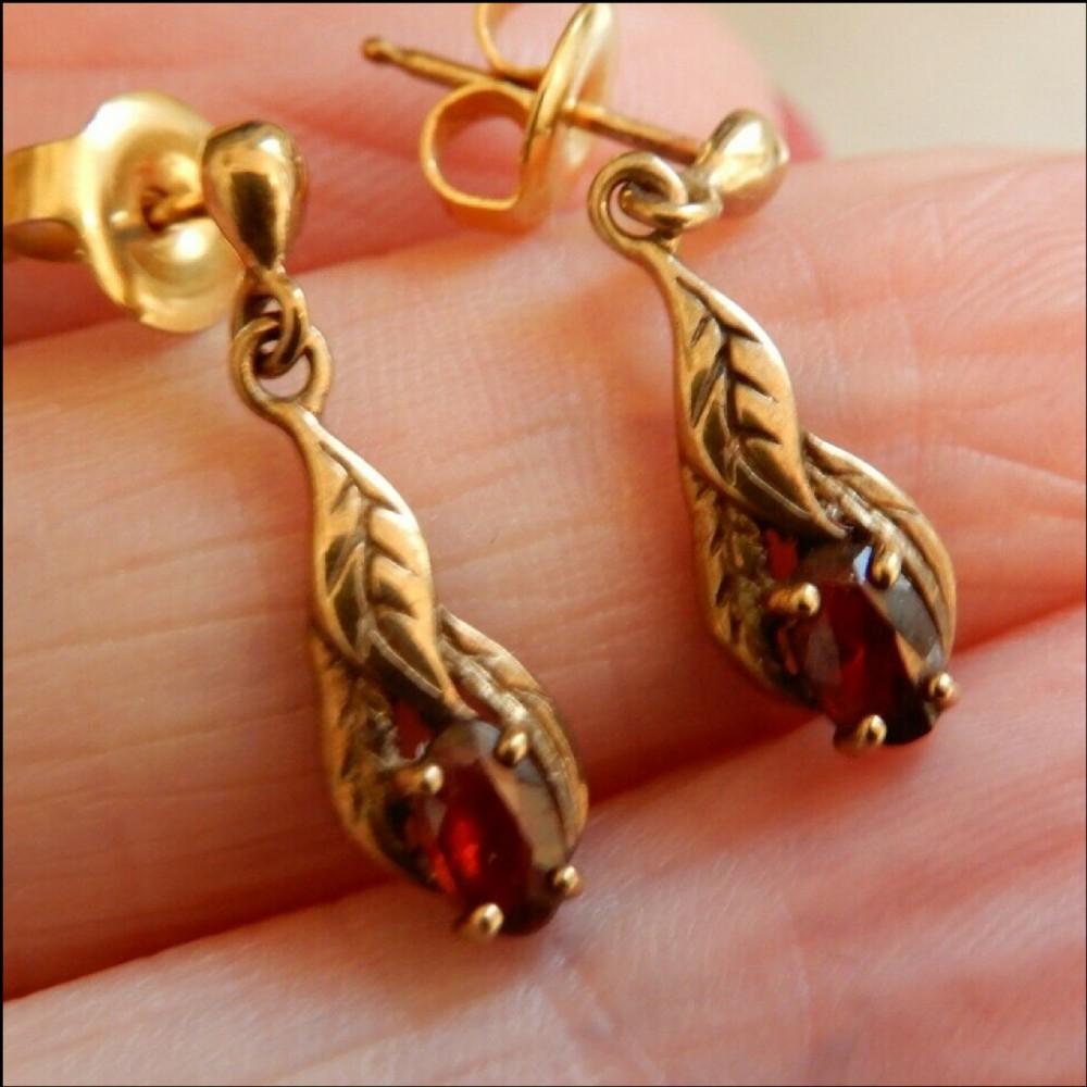 beautiful pair of 9 ct gold garnet drop earrings