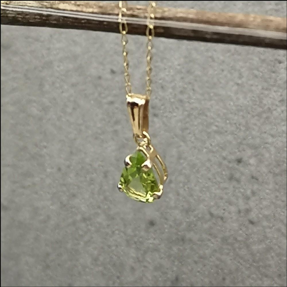 9ct gold peridot pendant on trace chain