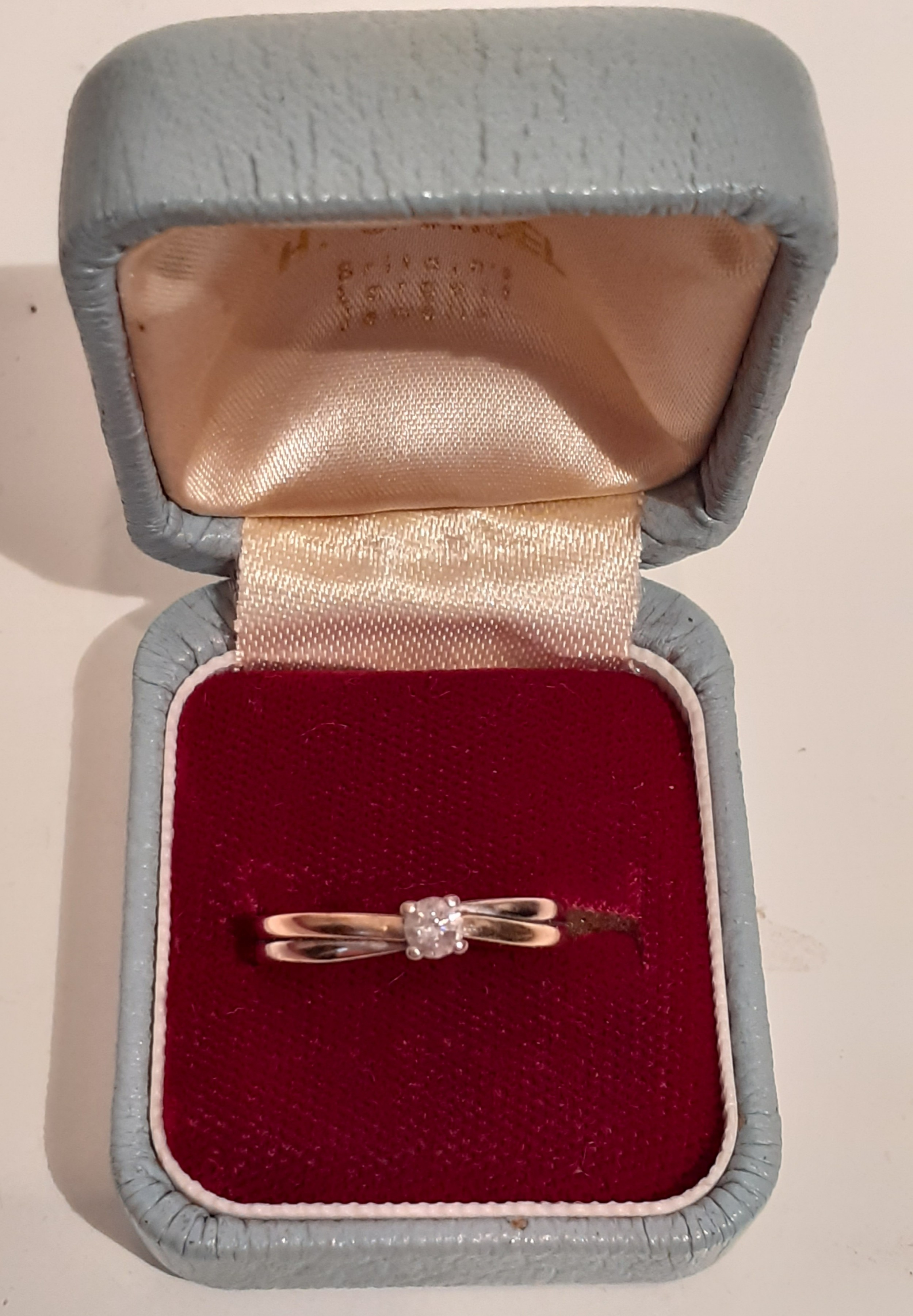 9 carat gold ring with diamond solitaire 015 carat