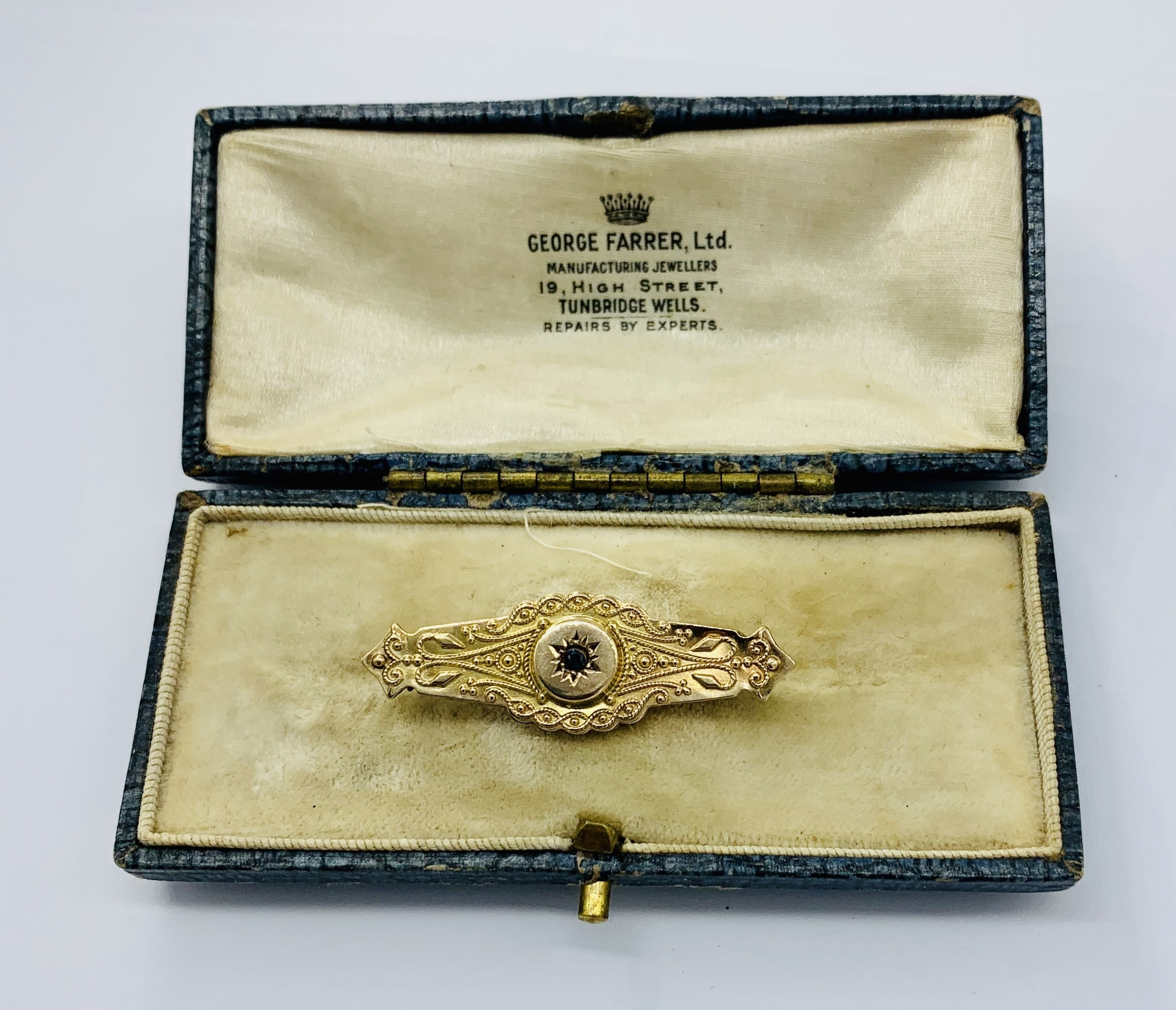victorian 9ct gold brooch set with a sapphire hallmarked chester 1899