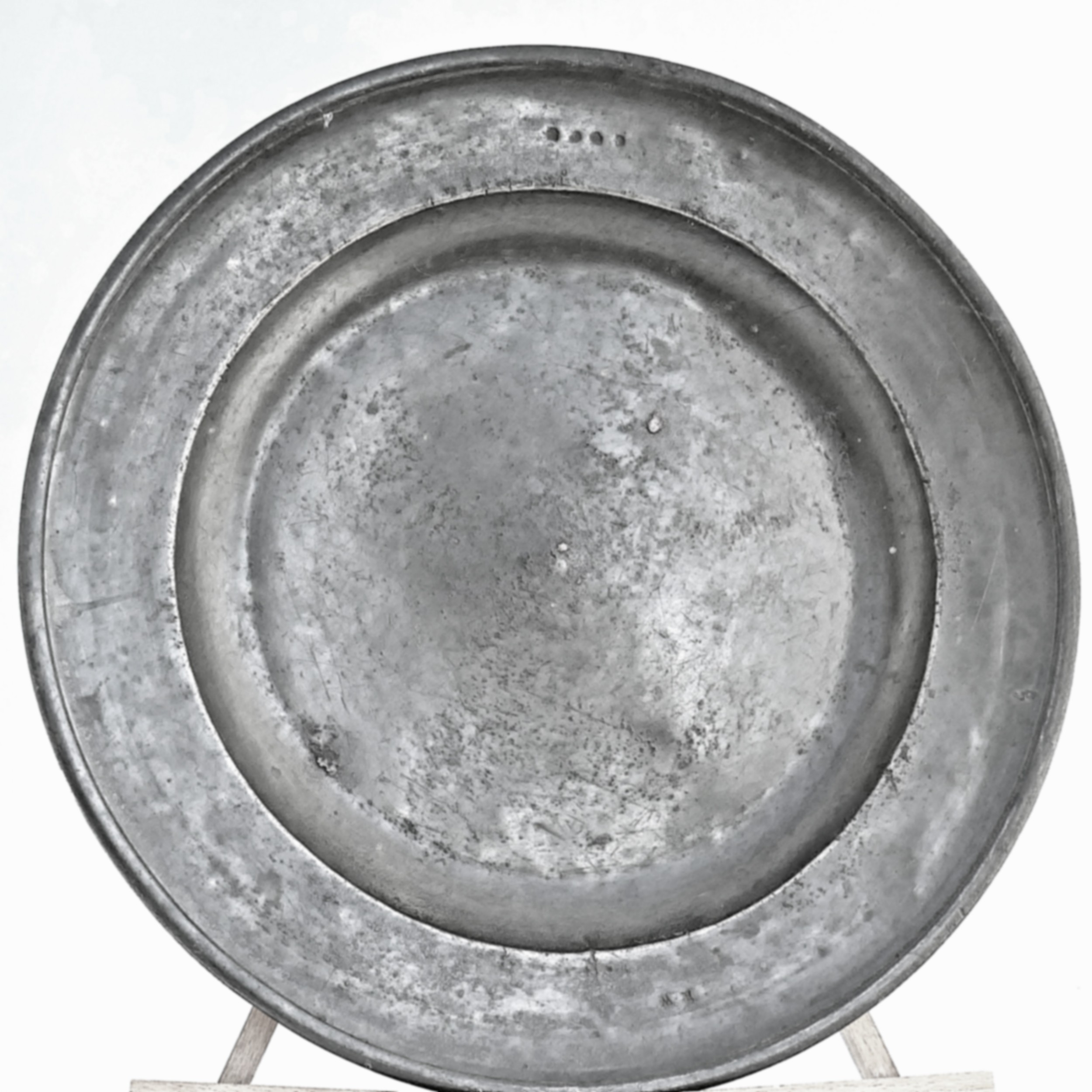 early metalware 18thc single reeded pewter charger richard chambers york 1720
