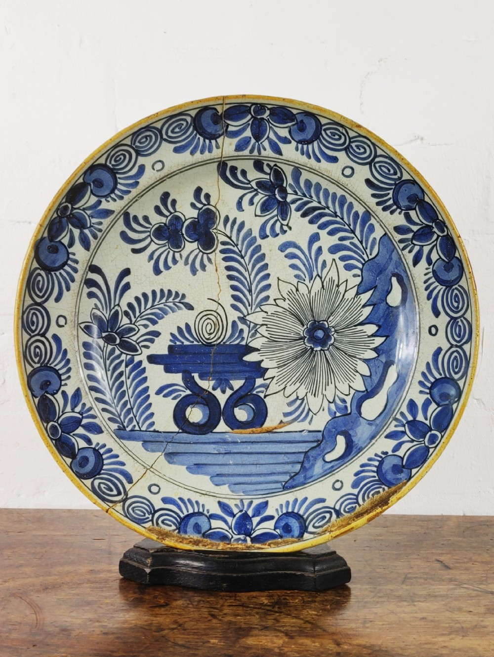 a early 18th century delft bowl by pieter kocx 1701 1722